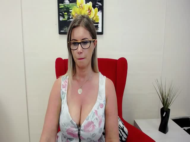 Voir le liveshow de  Doreenhot de Cams - 25 ans - I am here new, want to know here fuuny people liek me and have with with them . I love being on the  ...