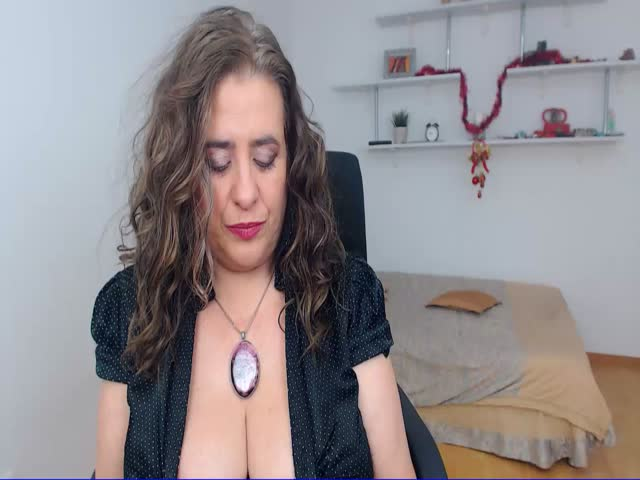 Voir le liveshow de  FabulousGift de Cams - 25 ans - I'm an experimented lady who wants to make you fantasies come true