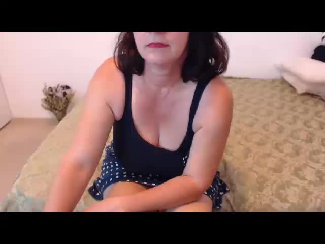 Voir le liveshow de  LovelyChriss de Cams - 20 ans - Sweet elegant lady, I really need my pleasure and i'd love to get it from YOU!