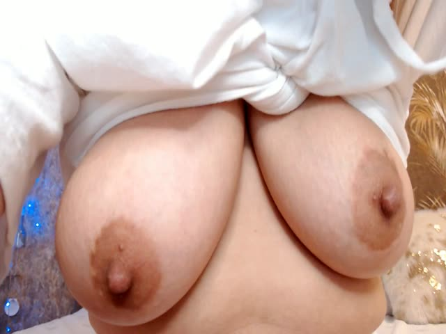 Voir le liveshow de  LuliKiss de Cams - 25 ans - In my room you will receive the attention,affection and hot sex^))