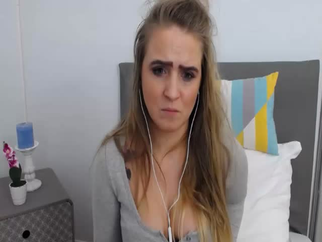 Voir le liveshow de  LiliSexxy de Cams - 25 ans - Hello guys:) I am always glad to see u in my room for nice chat and hot fun:)