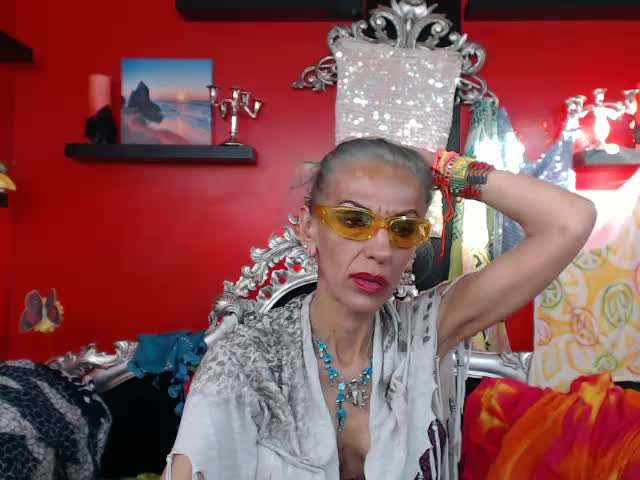 Voir le liveshow de  NickyGoddess de Cams - 18 ans - I am very outgoing and open minded. I like new experiences and meeting new people.