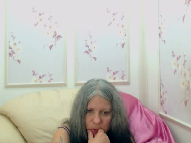 Voir le liveshow de  SapfireQueen de Cams - 22 ans - Hot lady with wild fantasies waiting for you!