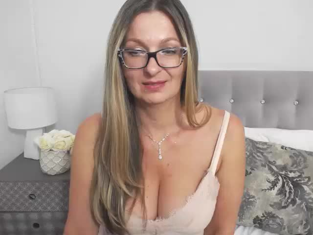 Voir le liveshow de  TessMature de Cams - 18 ans - Sexy hot mature woman !