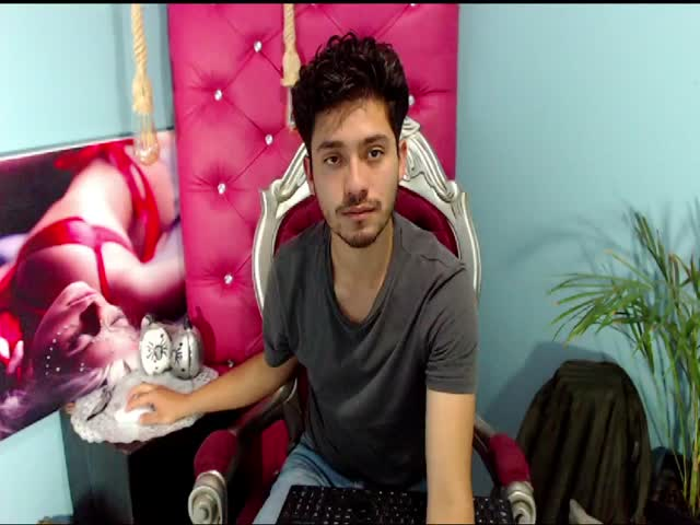 Russell2dom live on Cams.com